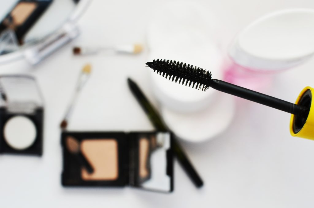 When it comes to wedding day makeup, sometimes the bride-to-be has trouble deciding how thin or thick her eyeliner should be. Here are some tips to help you out!