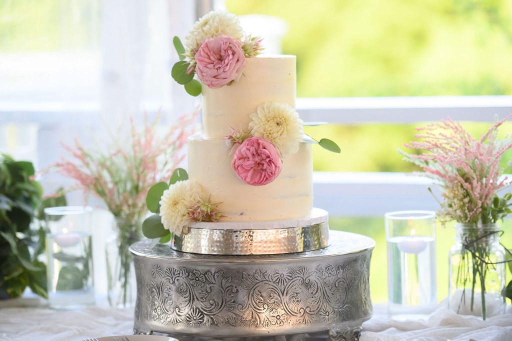 This simple wedding cake looked beautiful with flowers!